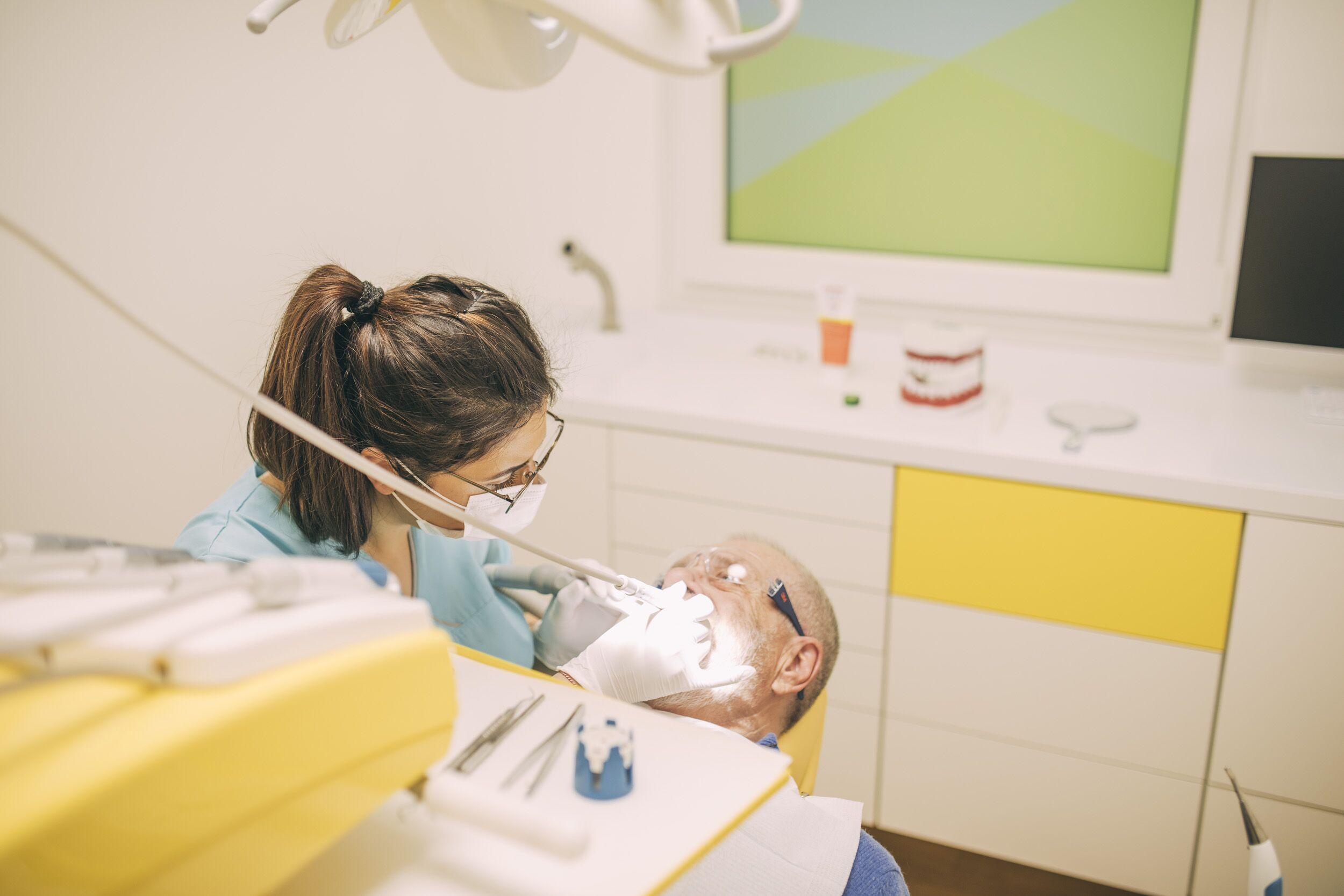Zahnreinigung bei einem Erwachsenen